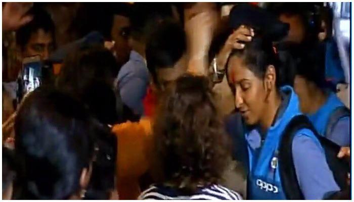 मुंबई विमानतळावर महिला क्रिकेट संघाचं जोरदार स्वागत