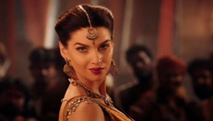 व्हिडिओ :... म्हणून 'बाहुबली' फेम अभिनेत्रीनं त्याला सणकन वाजवली!