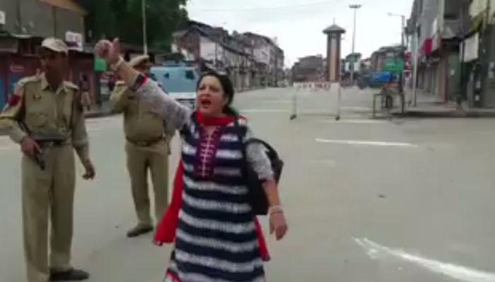 काश्मीरच्या लालचौकात महिलेनं केलं असं काही... पोलीसही बघत राहिले