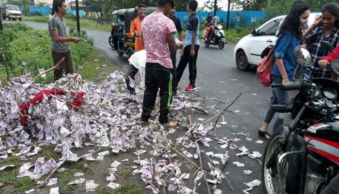 औरंगाबादच्या रस्त्यावर नोटांचा ढिग, पैसे घेण्यासाठी तुफान गर्दी