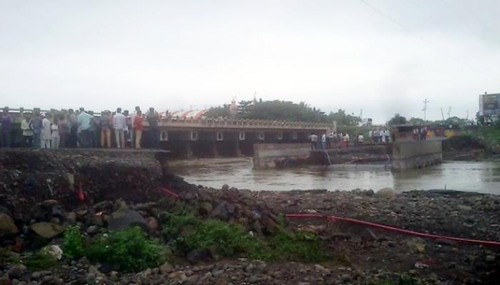 बीडमधील बिंदुसरा नदीवरील पर्यायी पूल वाहून गेला, वाहतूक वळवली