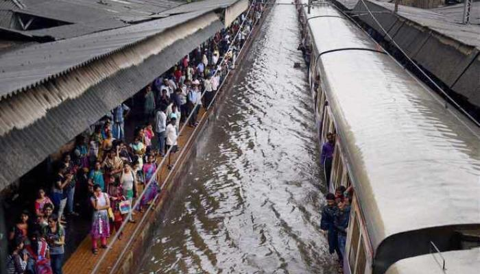मुसळधार पाऊस, गरज असेल तर बाहेर पडा : मुंबई पालिका