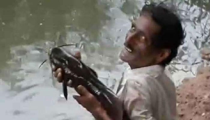 या शेतकऱ्याची आणि माशाची अनोखी मैत्री (व्हिडिओ)