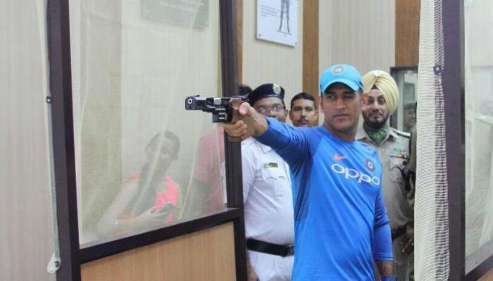 VIDEO: कोलकाता वन-डे मॅचपूर्वी धोनीने चालवली बंदूक