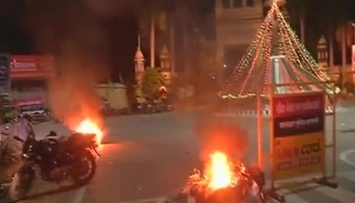 विद्यार्थ्यांच्या आंदोलनाला हिंसक वळण, विद्यापीठात फेकले पेट्रोल बॉम्ब