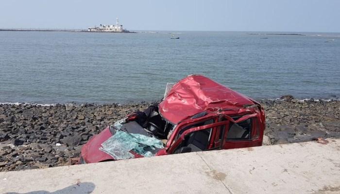 अन् ओला कार संरक्षक भिंत तोडून समुद्रामध्ये कोसळली