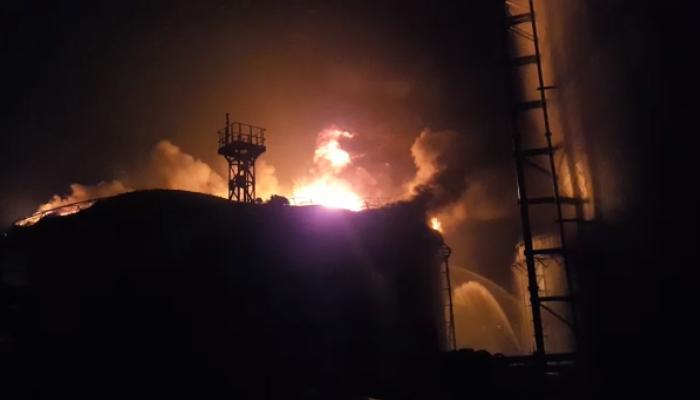 बुचर बेटावर असलेल्या पेट्रो केमिकल्स साठ्याची आग कायम