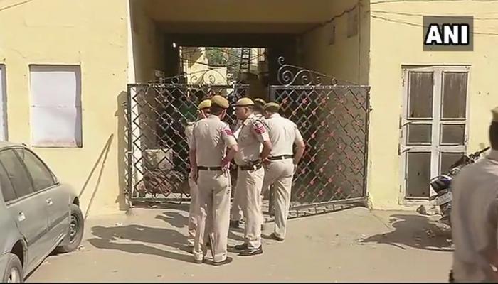 दिल्लीत एकाच परिवारातील ४ महिला आणि सुरक्षारक्षकाची हत्या