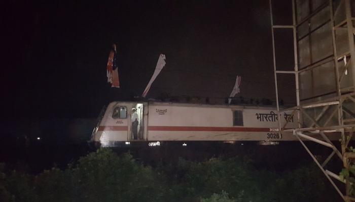 एका बॅनरने मध्य रेल्वे मार्गावरील ओव्हरहेड वायर तुटली..