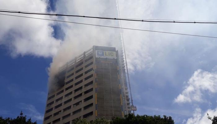 व्हिडिओ : 'एलआयसी'च्या इमारतीला आग, तीन मजले जळून खाक