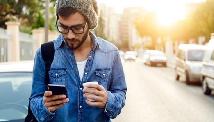 रस्त्यावरुन चालताना फोन हातात असतो ? तर सावधान!