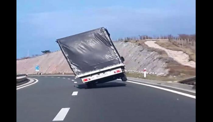 ...आणि चक्क दोन चाकांवर धावला ट्रक