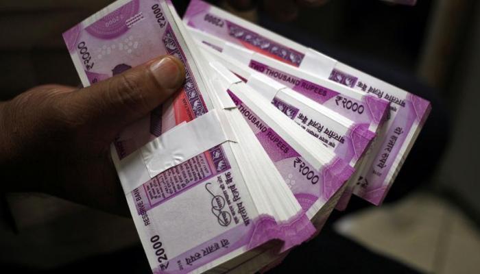 ९०० रुपयांना विकल्या जात आहेत २००० रुपयांच्या नोटा