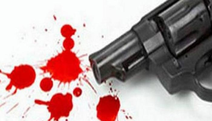 शाळेत जाणाऱ्या शिक्षिकेवर गोळी झाडली...