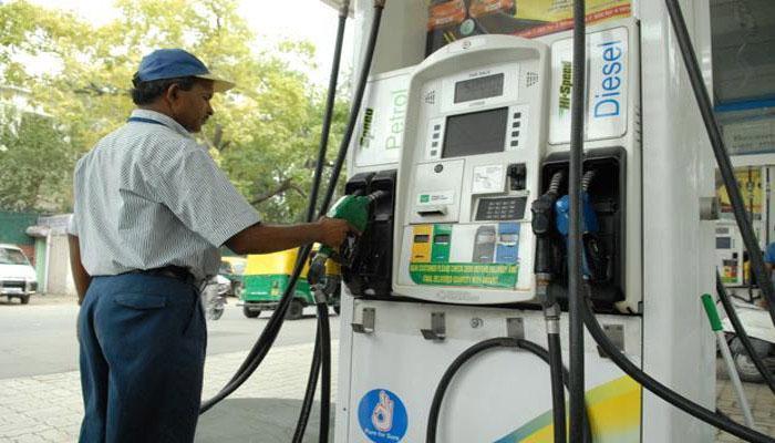पेट्रोल पंपावर मोबाईलला केली मनाई... कर्मचाऱ्याला मारहाण