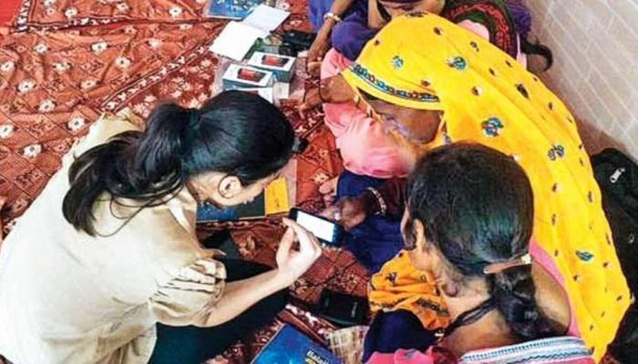 ग्रामीण भारतात 10 पैंकी 3 महिला वापरतात इंटरनेट