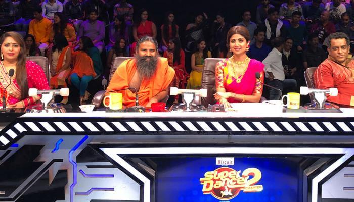 'सुपर डांसर' च्या सेटवर रामदेव बाबांनी गिफ्ट केली स्पर्धकाला गाय