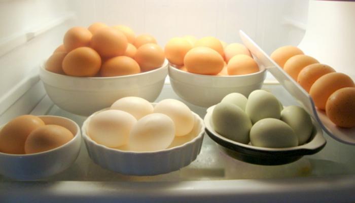 तुम्हीही फ्रिजमध्ये ठेवलेली अंडी खाता का?