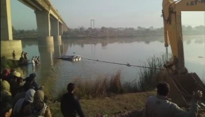 बस नदीमध्ये पडल्याने ३२ जणांचा मृत्यू, अनेक जण जखमी