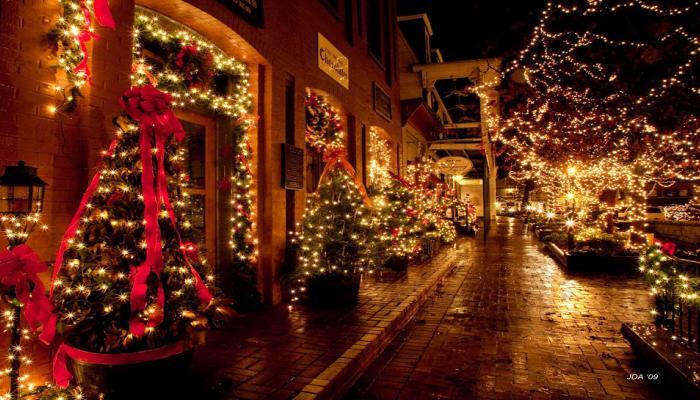 जगभरात ख्रिसमसची धूम, पाहा जगभरातील शहरांमधील खास फोटोज