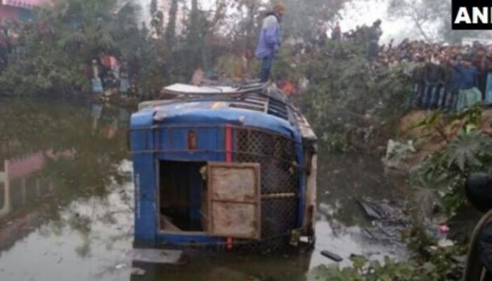 धुक्यामुळे प्रवाशांनी भरलेली बस तलावात कोसळली...