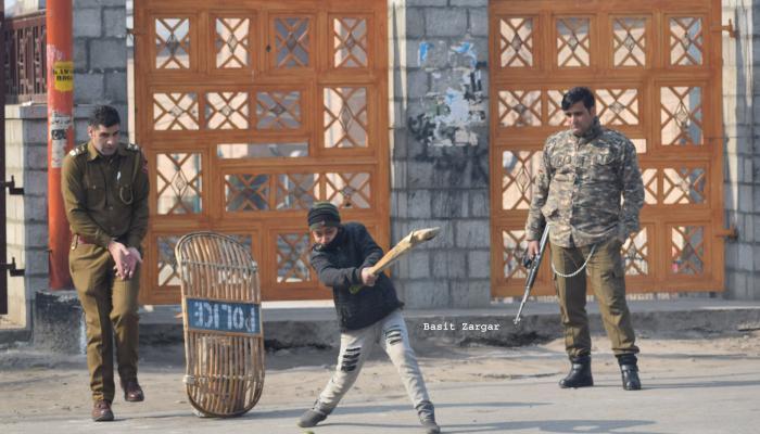 लष्करावर दगडफेक करणारी मुलं जेव्हा त्यांच्यासोबतच क्रिकेट खेळतात...