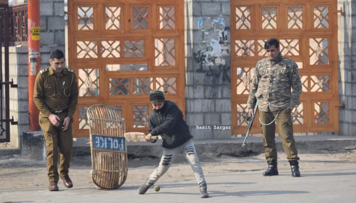 जवानांवर दगडफेक करणारी मुलं जेव्हा त्यांच्यासोबतच क्रिकेट खेळतात...