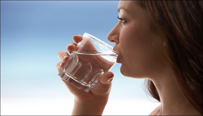 या '5' कारणांंसाठी जेवणासोबत पाणी पिण्याची सवय टाळाच