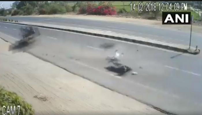 भरधाव टेम्पोची बाईकवरच्या कुटुंबाला धडक, धक्कादायक दृष्यं कॅमेरामध्ये कैद