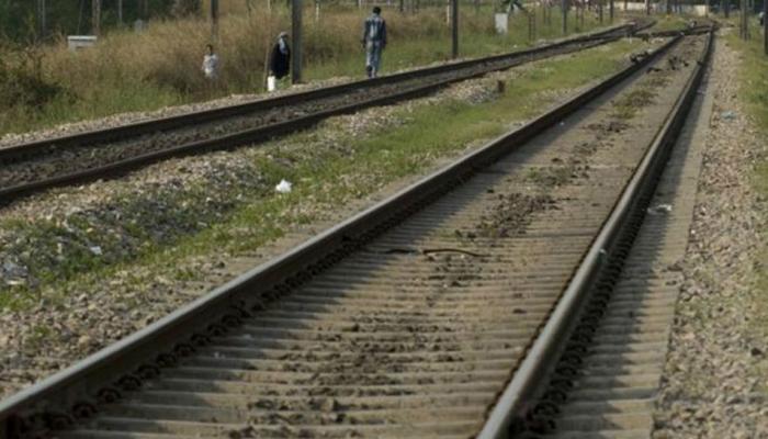 रेल्वे रूळ ओलांडताना अपघात, ट्रेनच्या धडकेत पाच जणांचा मृत्यू, दोन जखमी