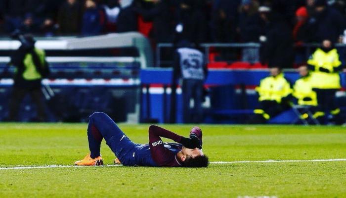 फुटबॉल: चॅम्पियन्स लीगमध्ये नेमार जखमी, स्ट्रेचरवरून गेला मैदानाबाहेर
