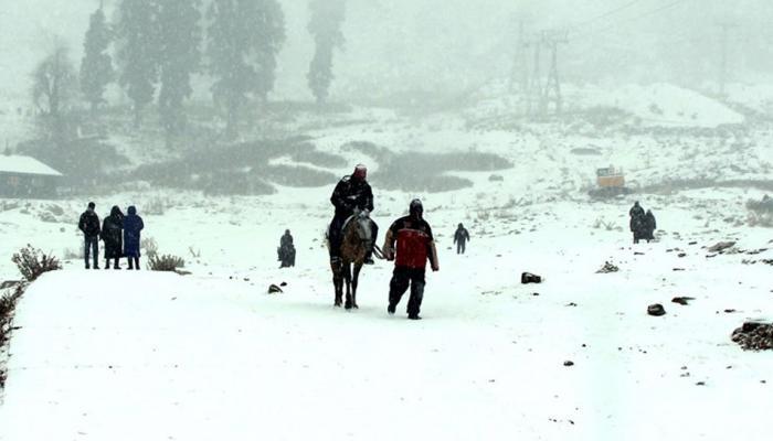 हिमाचल प्रदेशात बर्फवृष्टीमुळे थंडीत वाढ, जनजीवन विस्कळीत
