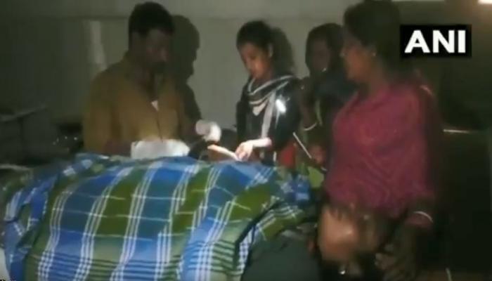 VIDEO: रुग्णालयात वीज नसताना डॉक्टरांनी केलं टॉर्चच्या सहाय्याने ऑपरेशन
