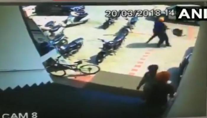 VIDEO : लुधियानामध्ये दिवसाढवळ्या बँकेसमोर लुटले १८ लाख रुपये