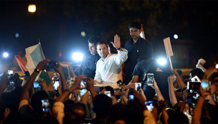 निषेध : राहुल गांधींच्या उपस्थित  इंडिया गेटवर कँडल मार्च