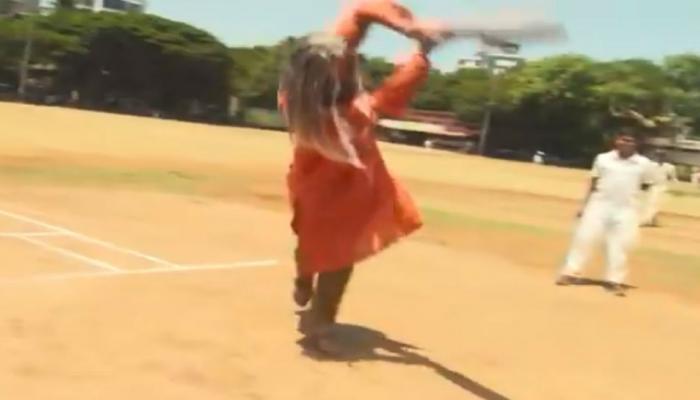 सचिननंतर आता हा खेळाडू मुलांसोबत क्रिकेट खेळला, ओळखू नये म्हणून घेतला साधूचा वेष