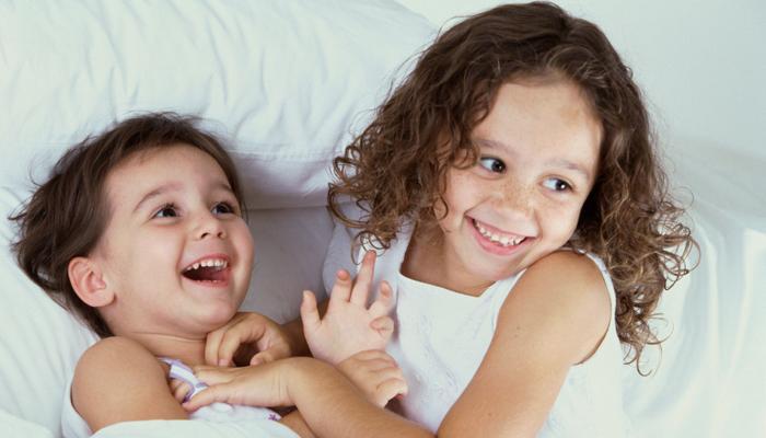 बहिणींंसोबत वाढणारी मुलं या '4' गोष्टींमध्ये खास असतात