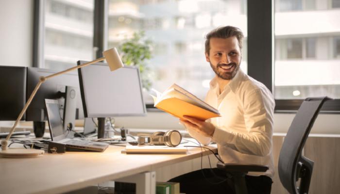 ऑफिसमध्ये तुमचं 'अफेअर' लपवण्यासाठी या '4' गोष्टी करतील मदत