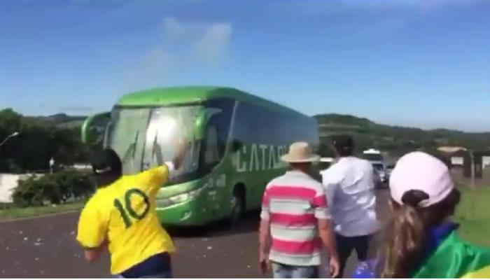 पराभूत ब्राझील फुटबॉल टीमच्या गाडीवर अंडी आणि दगडफेक