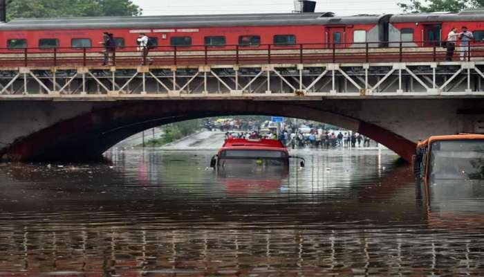 दिल्लीत मुसळधार पाऊस, अनेक गाड्या पाण्यात अडकल्यात