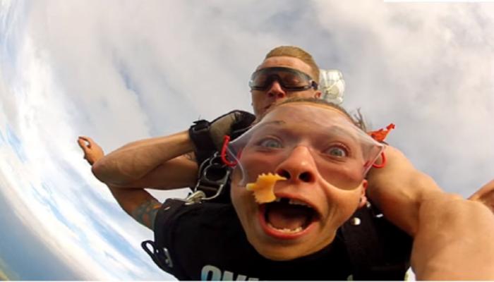 स्कायडायव्हिंगचा थरार अनुभवताना हवेत उडाली बत्तीशी