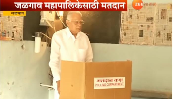 माजी मंत्री सुरेश जैन यांनी बजावला मतदानाचा हक्क