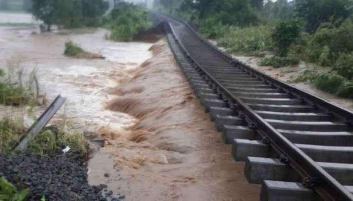 VIDEO : केरळात पावसाचा कहर; रस्ते-रेल्वे मार्ग वाहून गेलेत, २० जणांचा मृत्यू