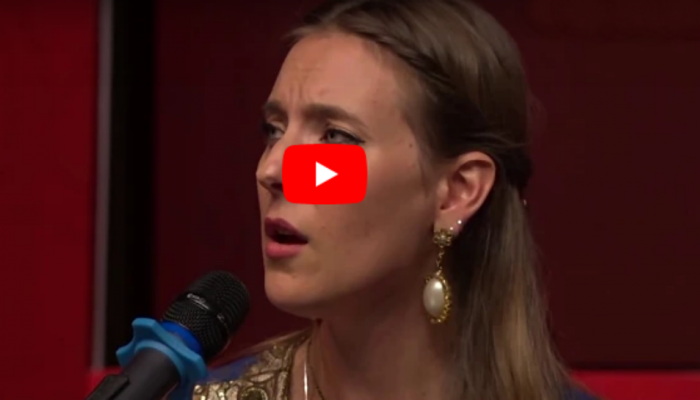 VIDEO : ब्रिटीश गायिकेने गायलं हिंदी गाणं