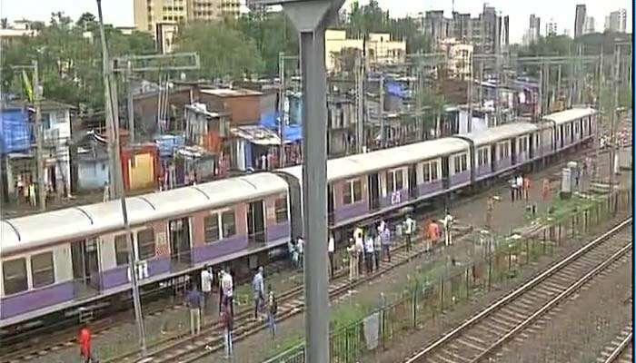 मुंबईत रेल्वे रुळाला खेटूनचं झोपड्या, अमृतसर दुर्घटनेची पुनरावृत्ती होण्याची भीती