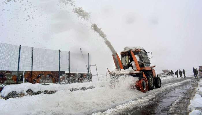 काश्मीरमध्ये हिमवृष्टी, पर्वत रांगांवर बर्फाची चादर